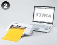 ステッカーの作り方:【2】ステカに粘着シートをセット。作成したデータの輪郭線に沿ってカットします。